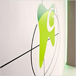 Effektvoll: an der Wand einer Zahnarztpraxis