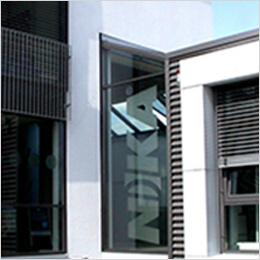 Glaswand mit Logo: NIKA